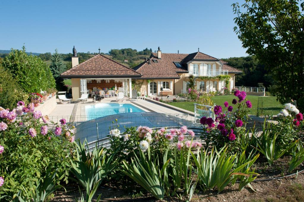 The swimming pool at or near Le Lierre B&B