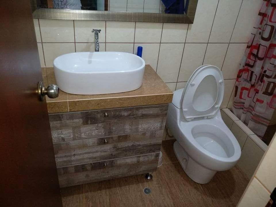 A bathroom at Forbesapart