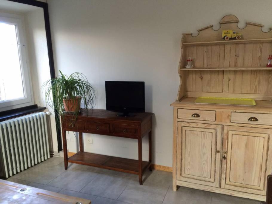Televízia a/alebo spoločenská miestnosť v ubytovaní Le gite de l'ecole