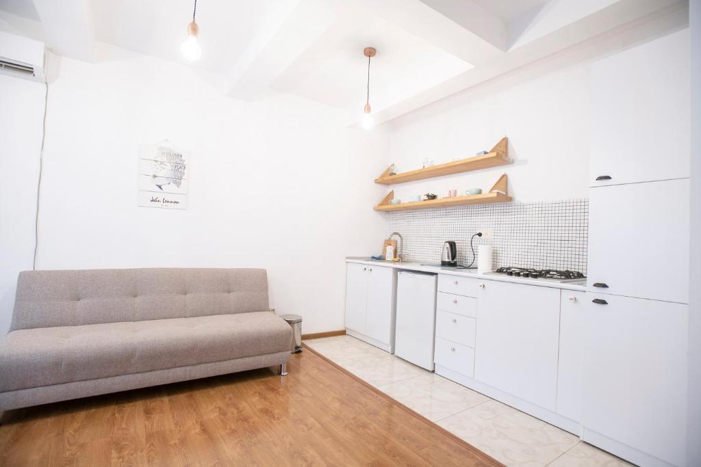 Общая 80 кв м, жилая 60 кв м, кухня 6 кв м, городской проект, угловая, 2/8 этаж, старый капитальный ремонт, встроенные шкафы, 2 балкона.