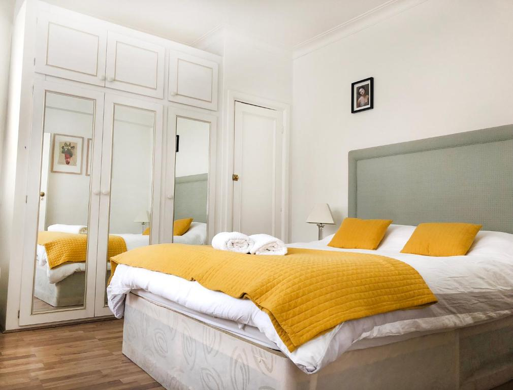 A bed or beds in a room at Luxury stay Oxford street