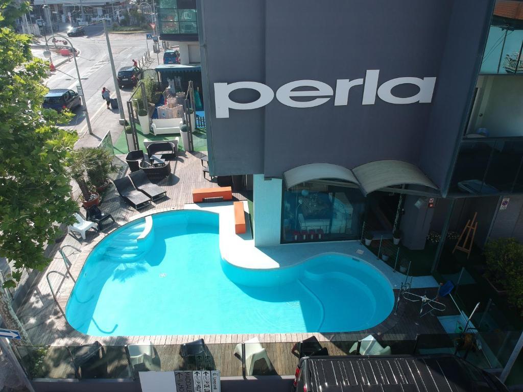 Ein Blick auf den Pool von der Unterkunft Hotel Perla oder aus der Nähe