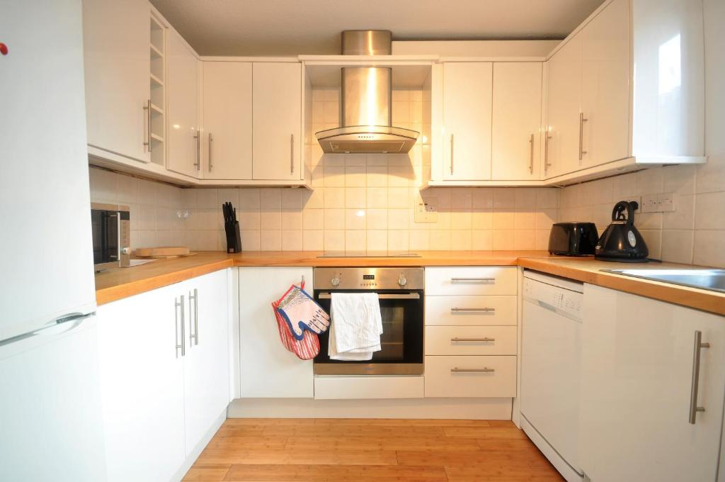 A kitchen or kitchenette at George Mews