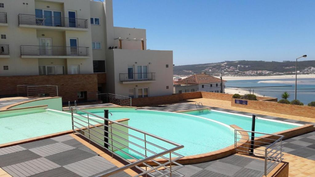 Bazén v ubytovaní Pé na Praia da Foz alebo v jeho blízkosti