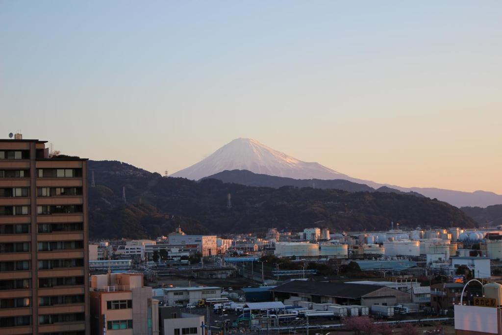 Pemandangan umum gunung atau pemandangan gunung yang diambil dari hotel ekonomis