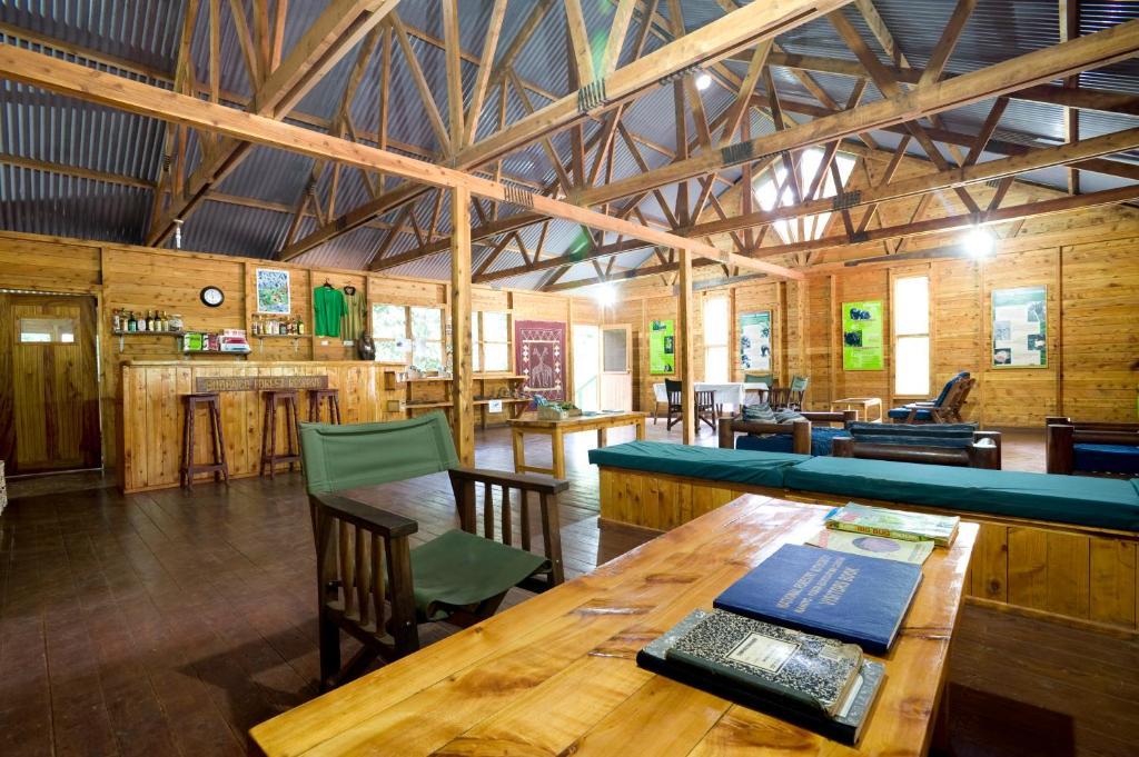 Un restaurante o sitio para comer en Budongo Eco Lodge