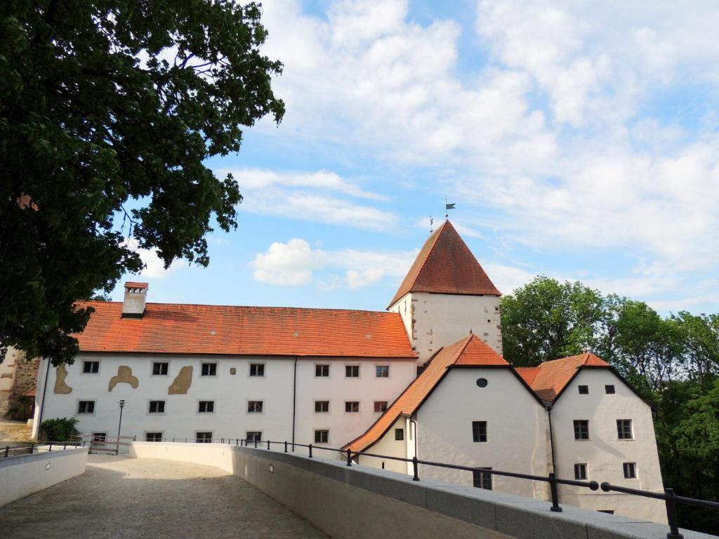 Mini Kühlschrank Mit Schloss : Gästehaus mälzerei auf schloss neuburg am inn deutschland neuburg