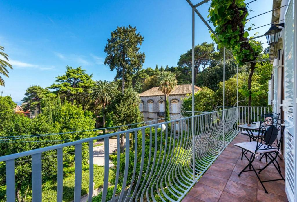 A balcony or terrace at Kings Landing Apartment
