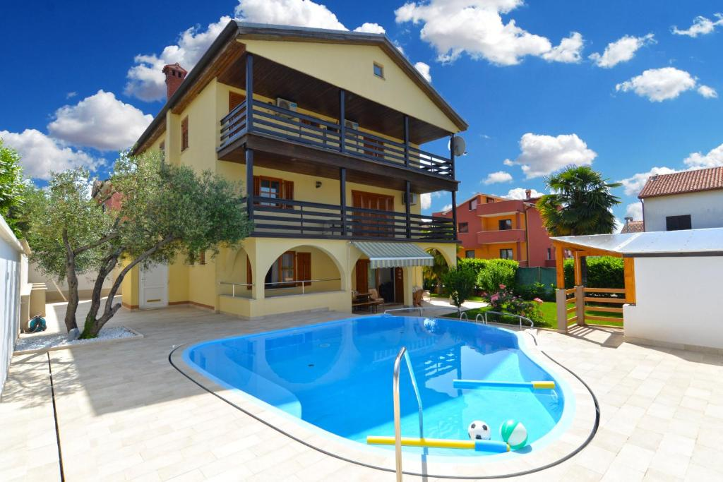 The swimming pool at or near Apartments and rooms Novigrad 1624