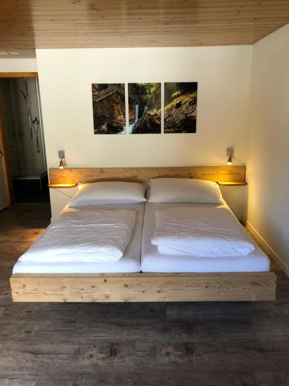 A bed or beds in a room at Hotel Restaurant Simplon