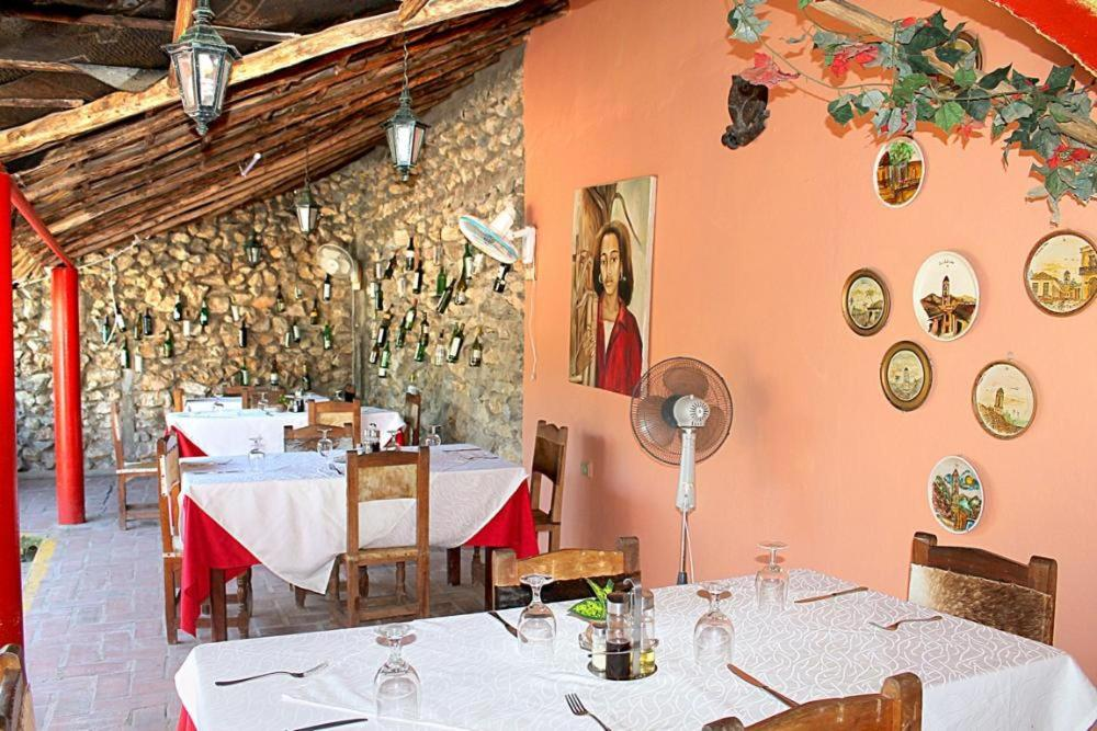 A restaurant or other place to eat at BR& Hostal Paraiso