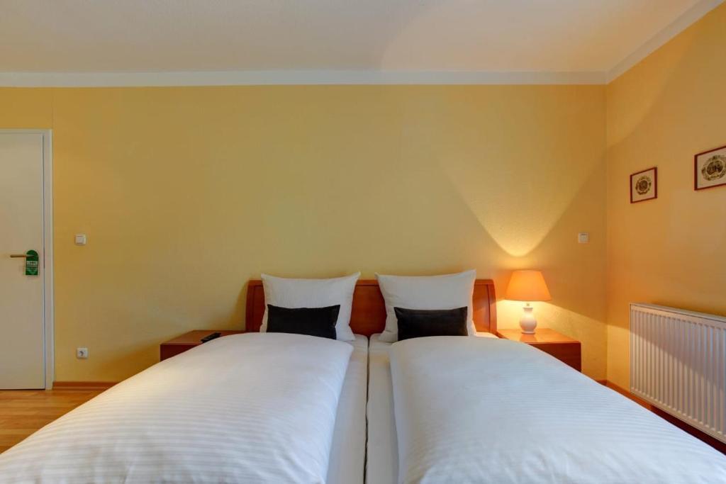 Ein Bett oder Betten in einem Zimmer der Unterkunft Gasthaus Hannover