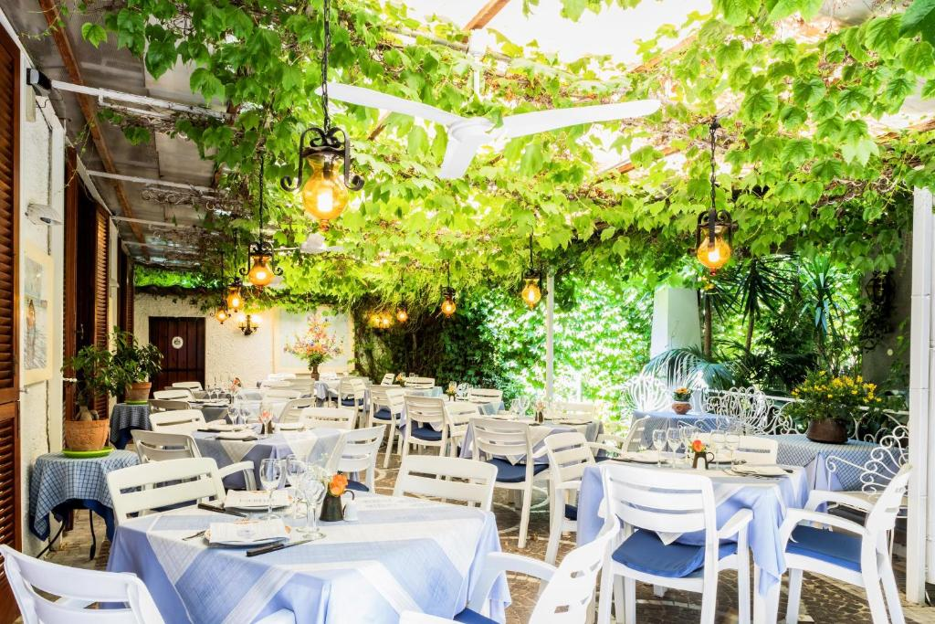A restaurant or other place to eat at Pensione Villa Mafalda