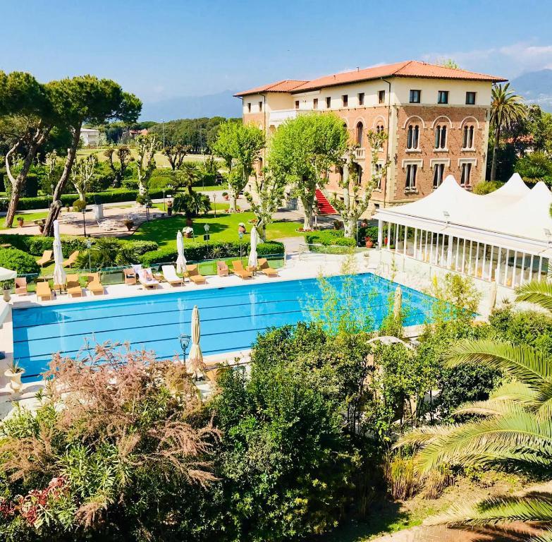 Вид на бассейн в Park Hotel Villa Ariston или окрестностях