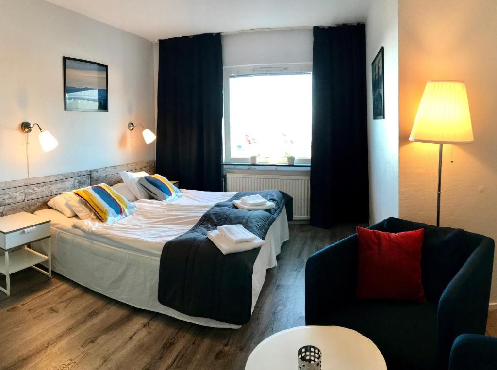 A bed or beds in a room at Långbergets Sporthotell