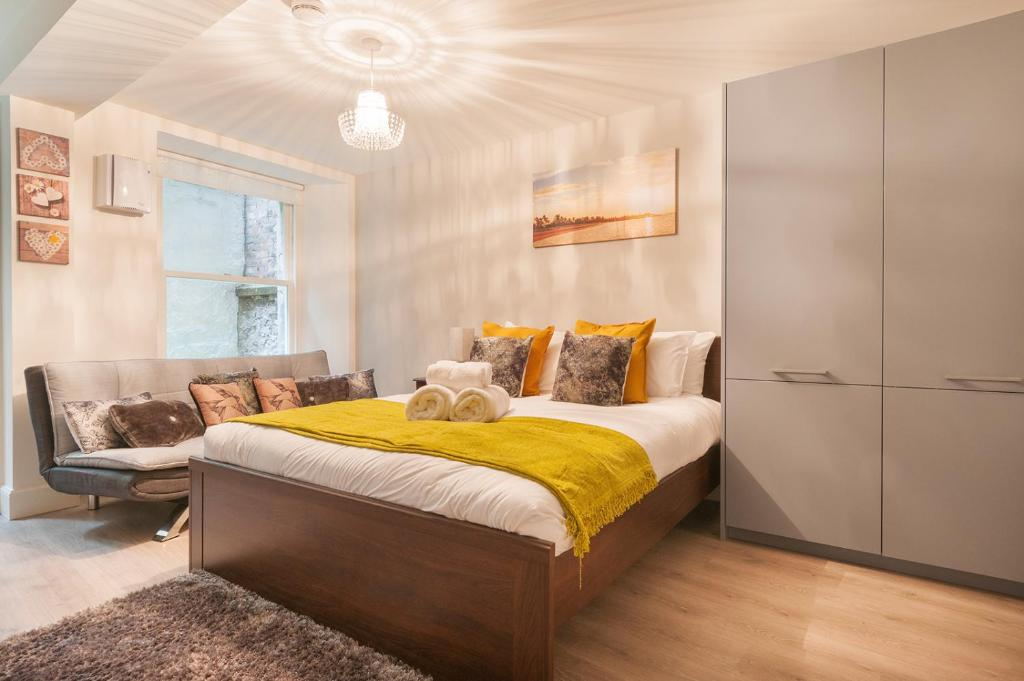 A bed or beds in a room at Lothian Street Apartment