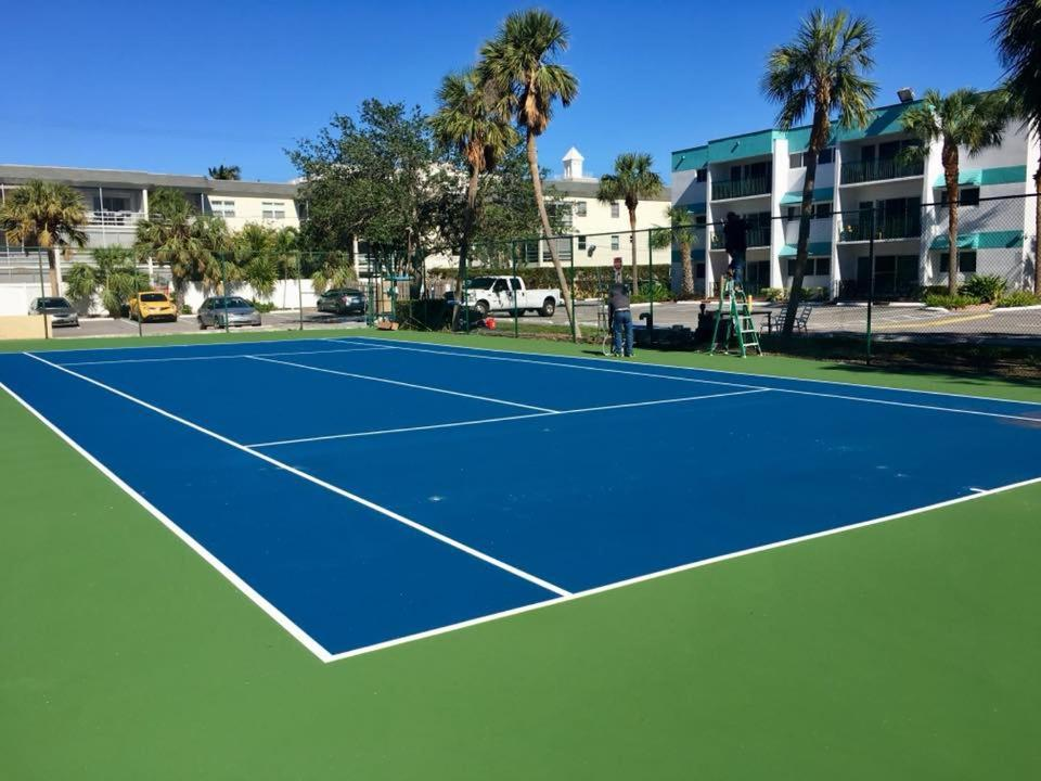 Tennis and/or squash facilities at Surf Rider Resort or nearby