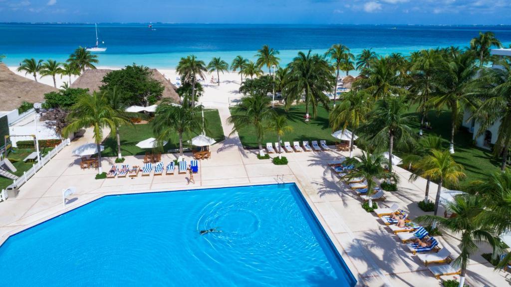 Ein Blick auf den Pool von der Unterkunft Beachscape Kin Ha Villas & Suites oder aus der Nähe