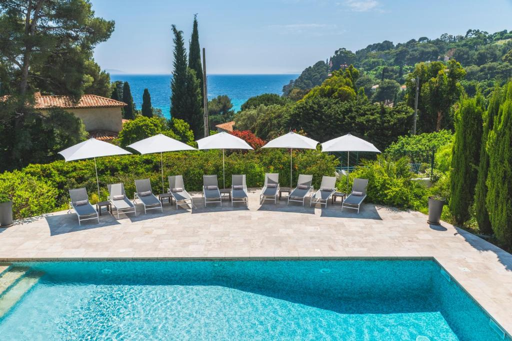 A view of the pool at Les Terrasses du Bailli or nearby