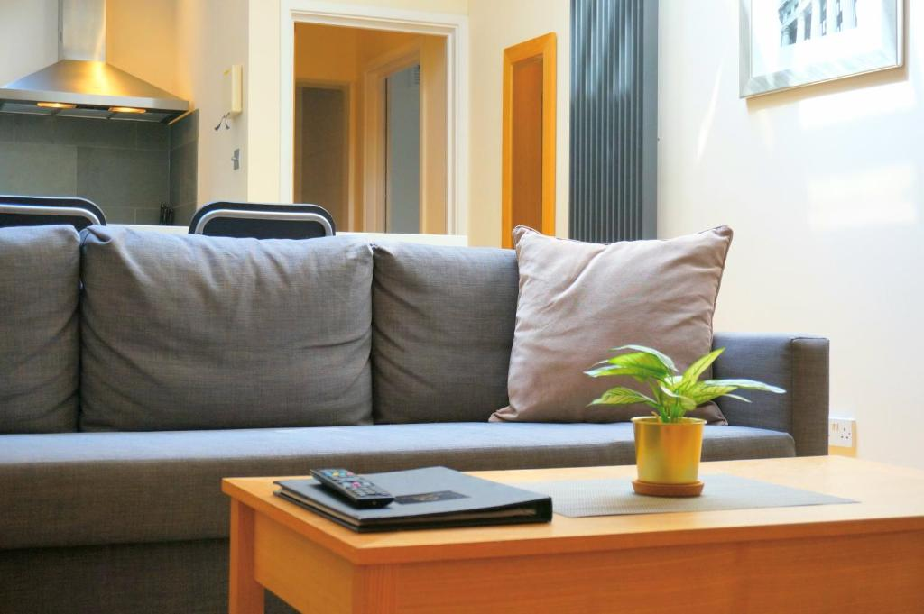 A seating area at Excel Apartments St.Paul's