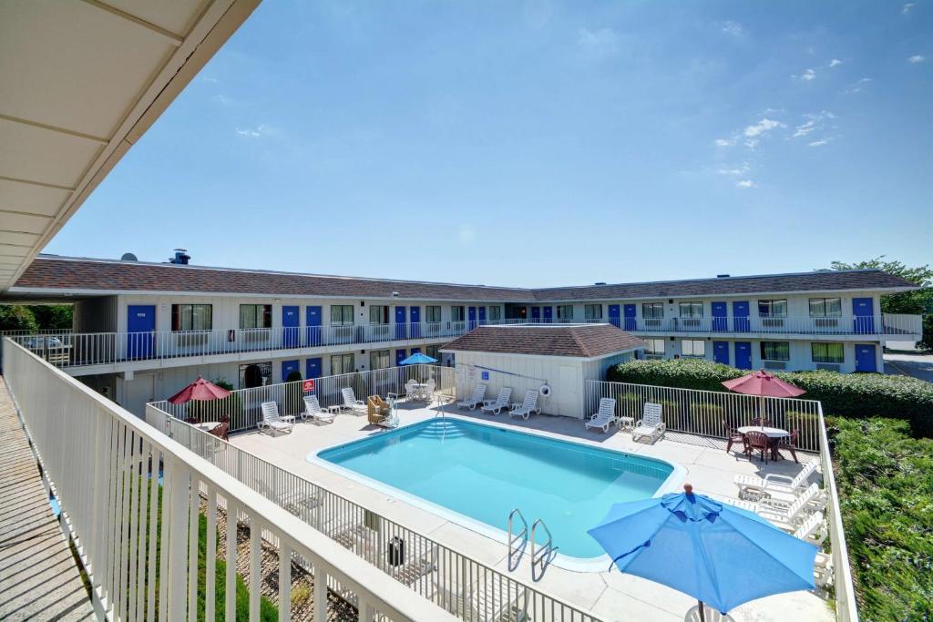 The swimming pool at the Motel 6 Hartford - Windsor Locks.