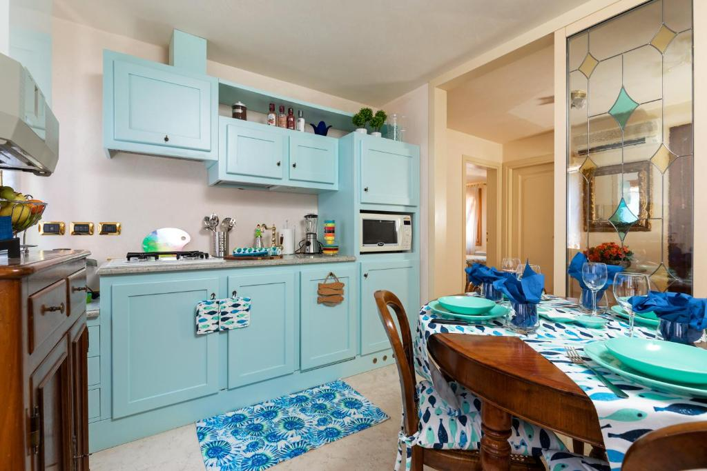 A kitchen or kitchenette at Venice Heaven Apartments San Marco