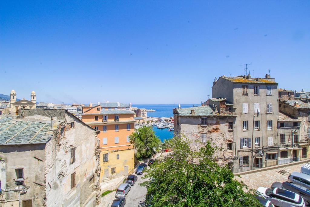 Un balcon à Bastia (French Edition)