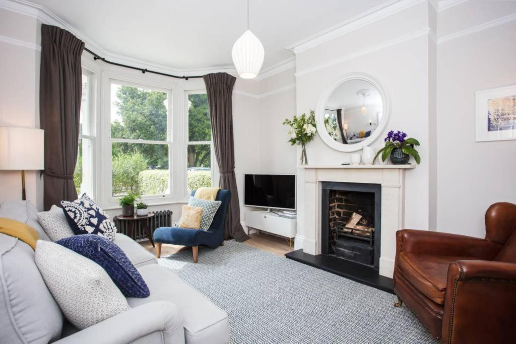 A seating area at 1 Bedroom Flat in Wimbledon