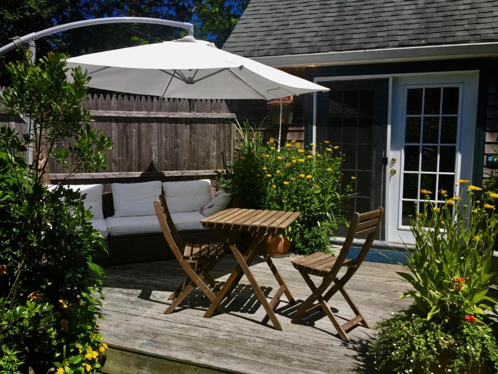 vineyard haven online hookup & dating About thorncroft inn has 8 rooms in 2 buildings on 1 1/2 acres of treed grounds, situated on a peninsula in the village of vineyard haven it is a secluded, exclusively couples oriented, first class country inn.