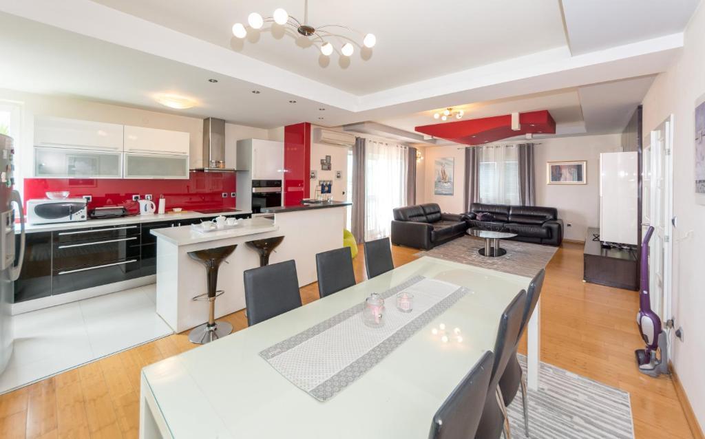 Una cocina o zona de cocina en Apartments LUPE