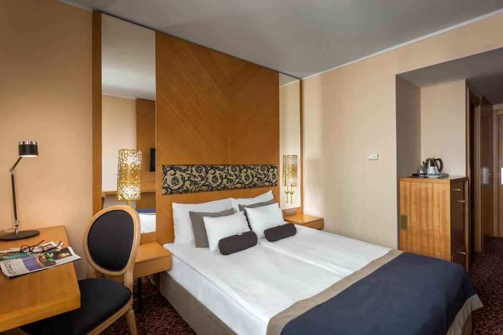 A bed or beds in a room at Marmara Hotel Budapest