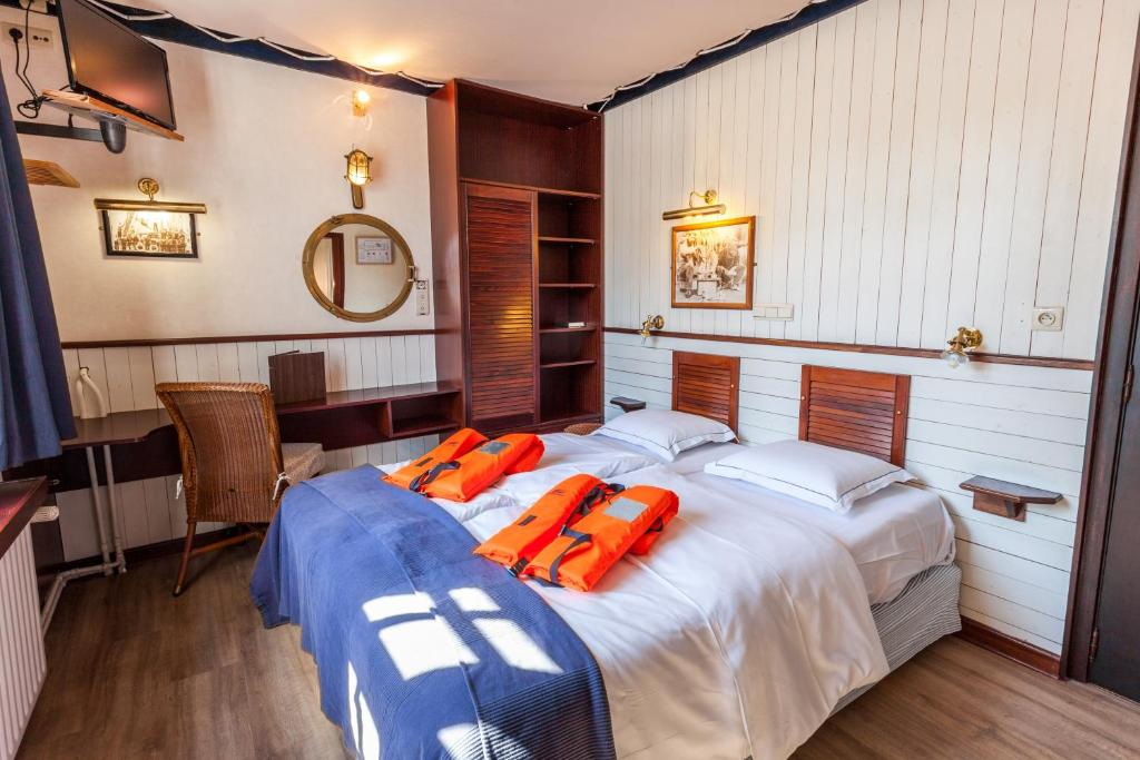 A bed or beds in a room at Boat Hotel De Barge