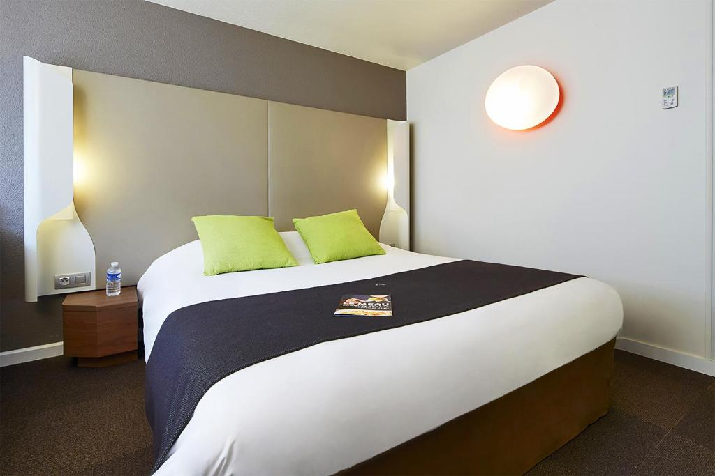 A bed or beds in a room at Campanile Villejust - za Courtaboeuf