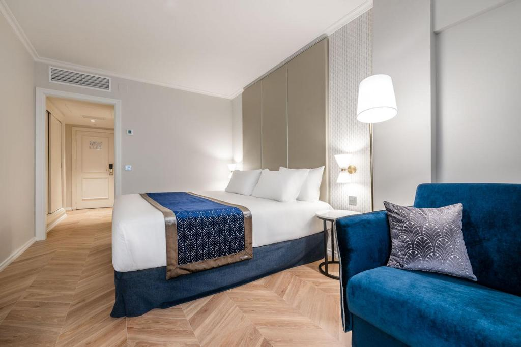 A bed or beds in a room at Eurostars Gran Hotel Lugo
