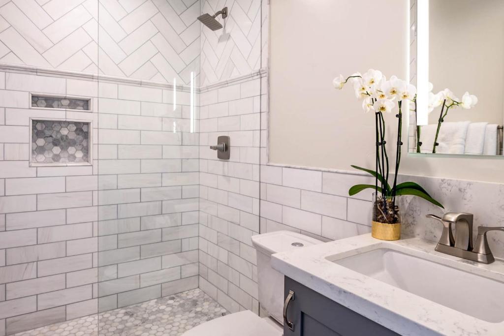 A bathroom at Historic Oldtown Plaza 201