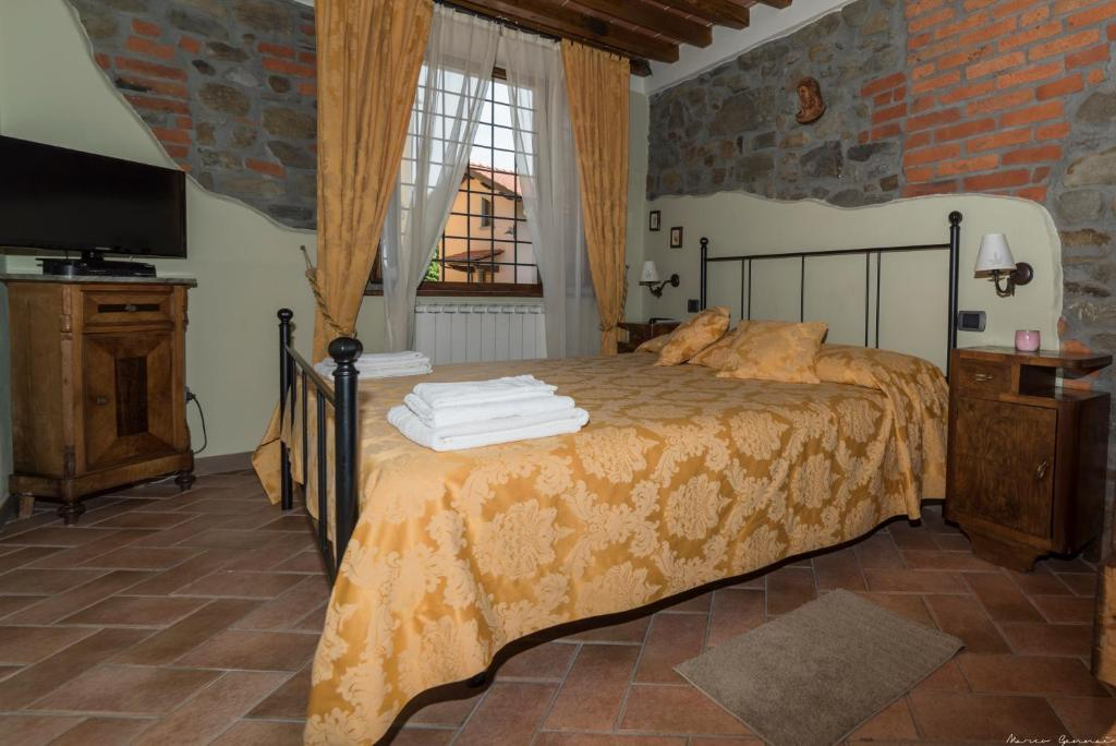 A bed or beds in a room at Borgo Isora