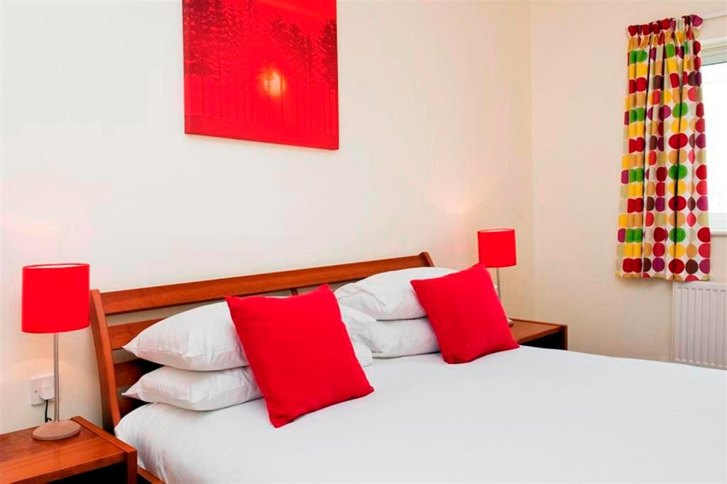 A bed or beds in a room at Your Space Apartments - Market Rise