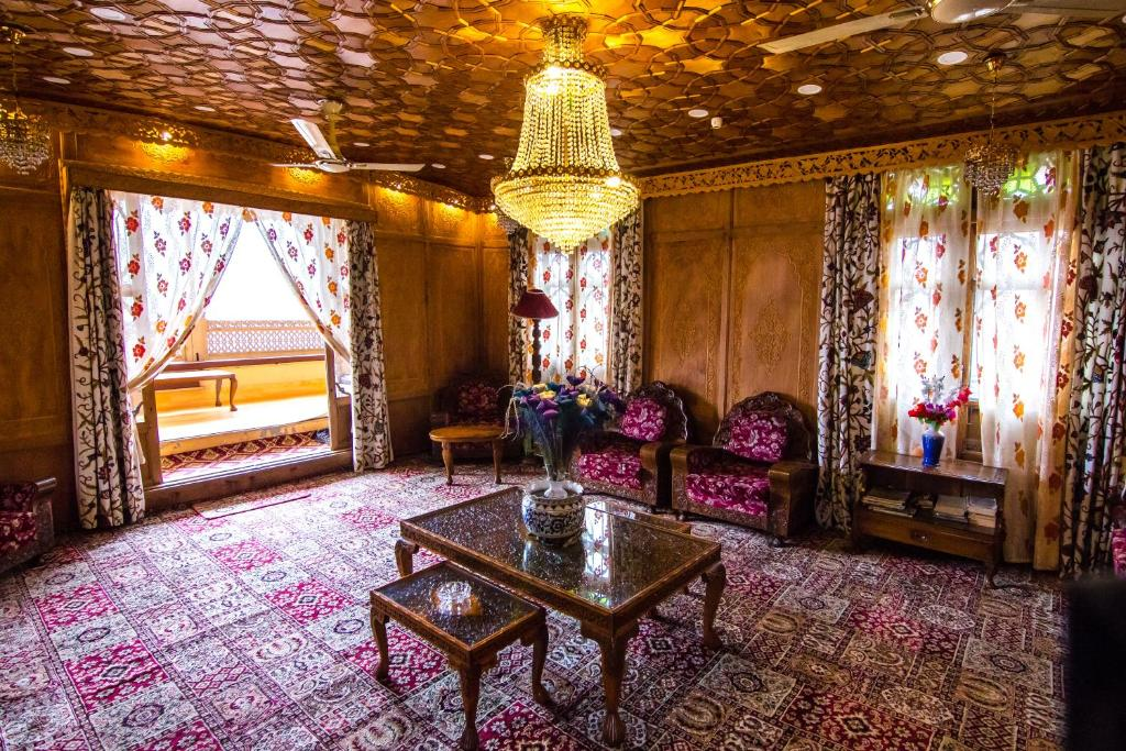Houseboat Sikandra Palace
