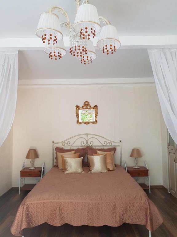 Llit o llits en una habitació de Severnaya Venezia Apartment