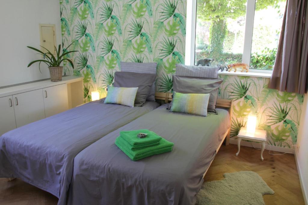 A bed or beds in a room at De Oude Kleuterschool