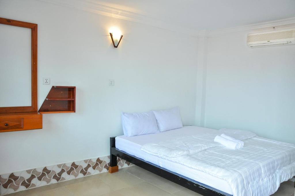 A bed or beds in a room at Silver Dolphin Guesthouse & Restaurant