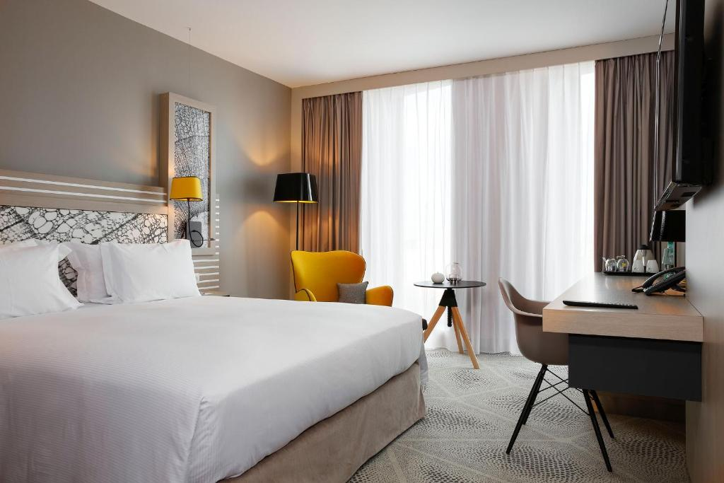 A bed or beds in a room at Hilton Garden Inn Bordeaux Centre