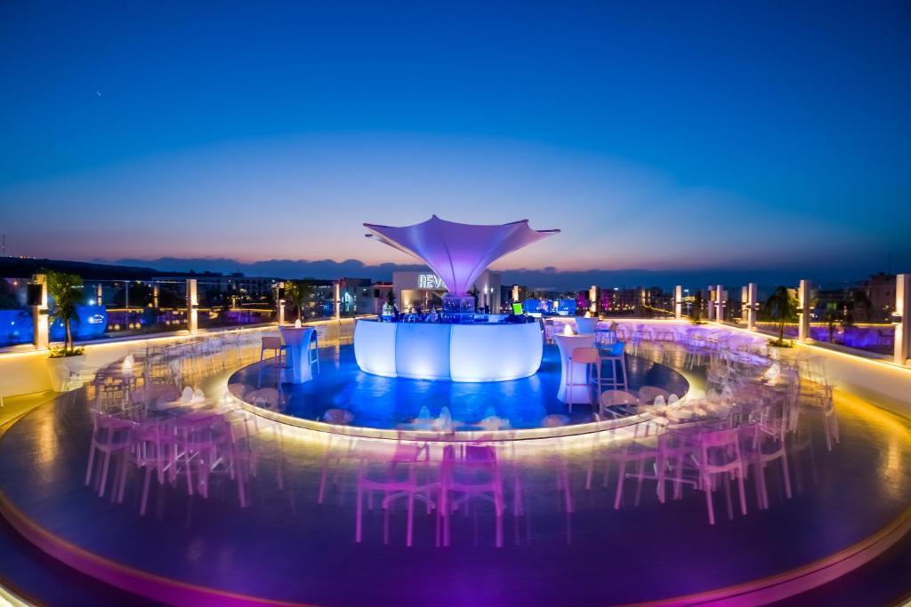 Бассейн в Protaras Plaza Hotel или поблизости