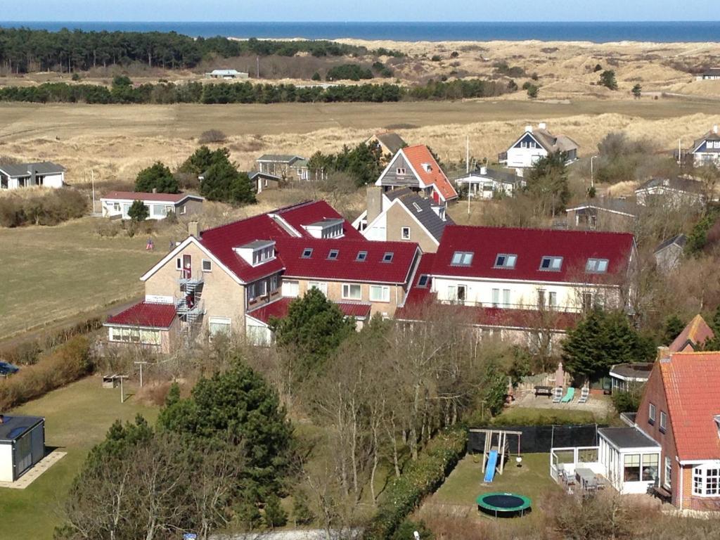 Een luchtfoto van Hotel Bos en Duinzicht
