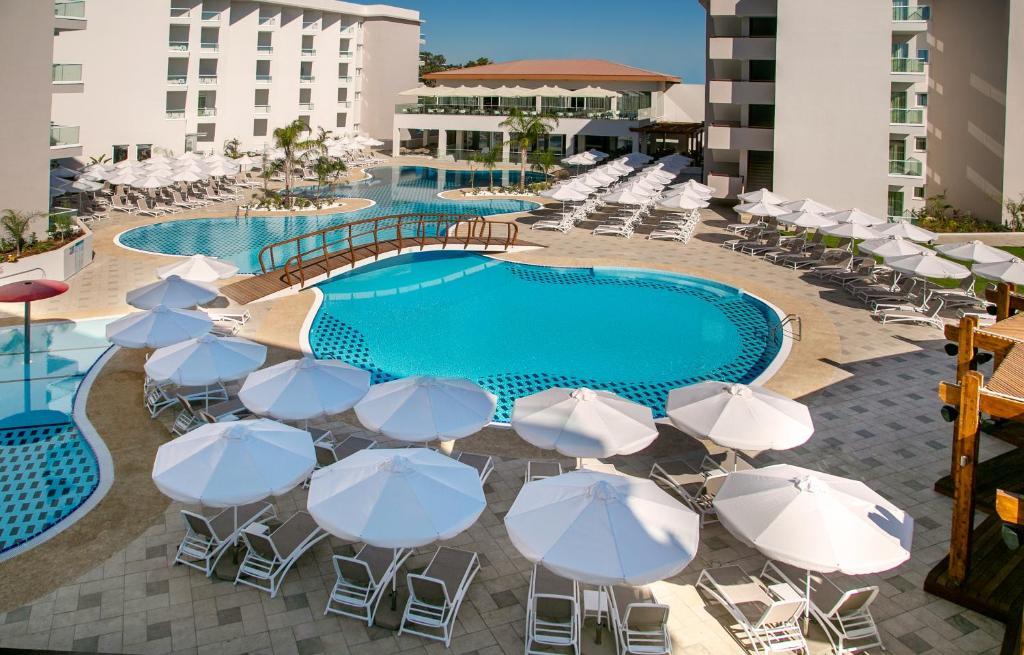 Вид на бассейн в Vangelis Hotel & Suites или окрестностях