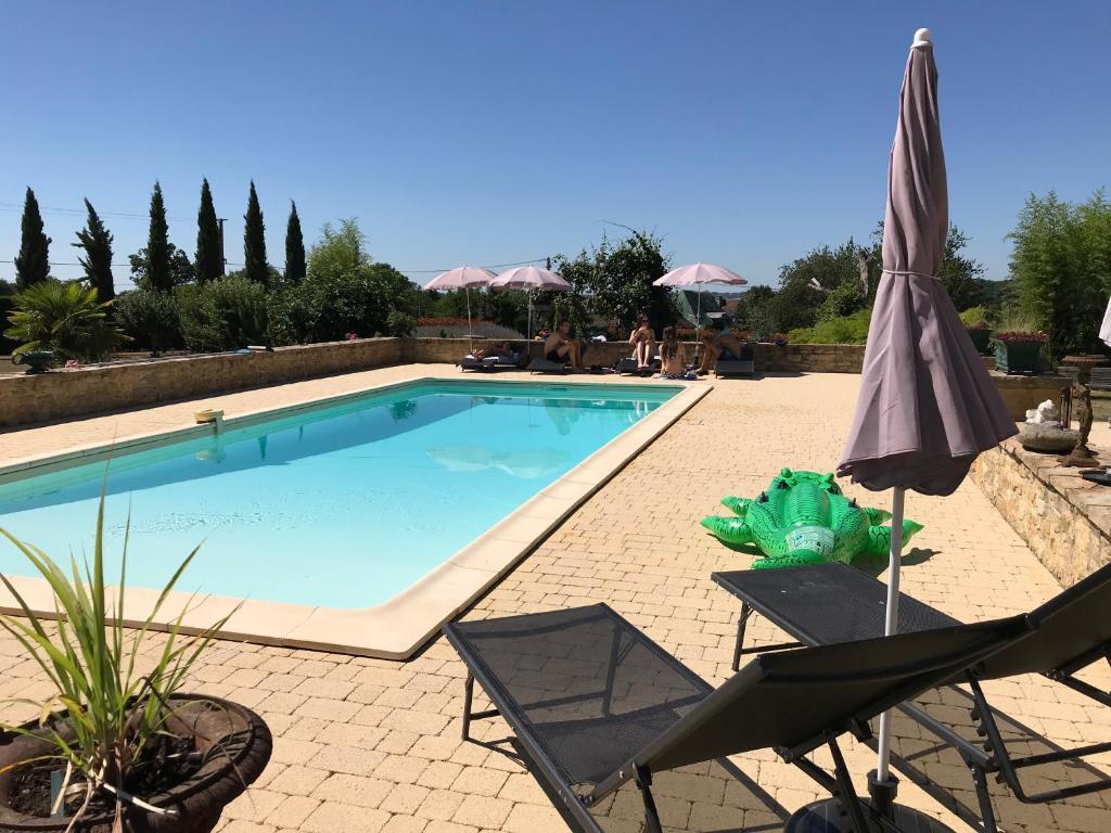 Bazén v ubytování Gite Le Maine d'Autana & La Ferme Du Domaine nebo v jeho okolí