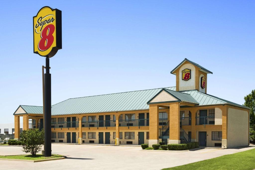 motel super 8 by wyndham grand prairie southwest tx. Black Bedroom Furniture Sets. Home Design Ideas