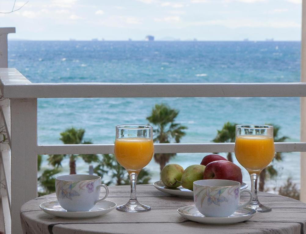 Drinks at 4th Floor Remodeled condo with Sea and Beachfront Views