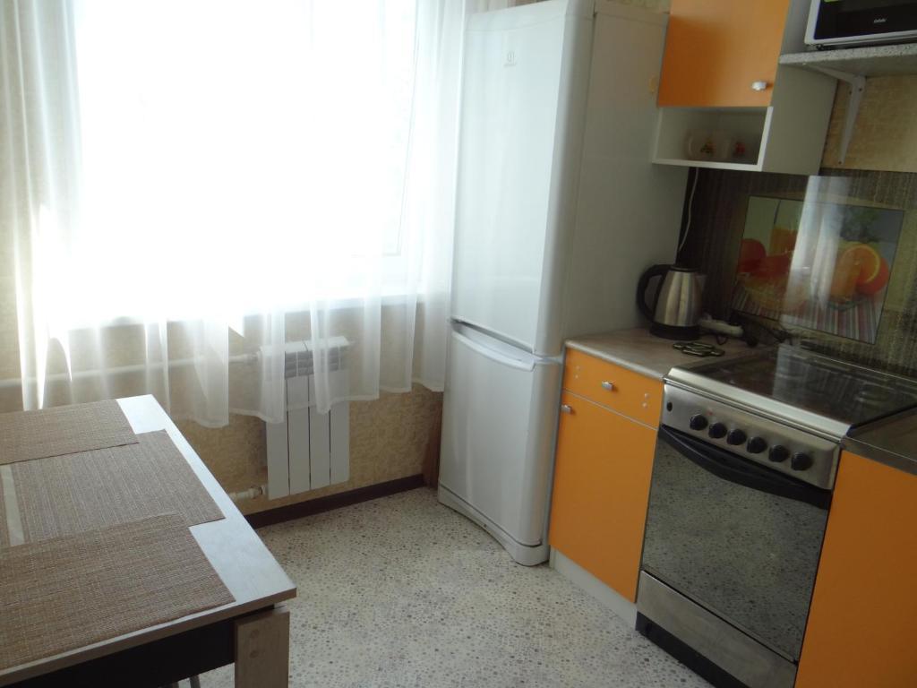 Кухня или мини-кухня в Apartment on Myasishcheva 8