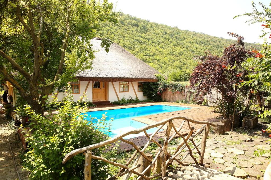 The swimming pool at or close to Casa din lunca